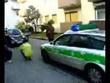 Polizei demoliert Motorroller