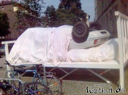 Auto im Bett
