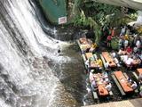 Essen unterm Wasserfall