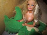 Mund zu Mund Beatmung durch Barbie-Schwimmerin