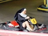 Nonne im Kart