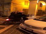 Als Mopedfahrer lebt man gefährlich in dieser Stadt